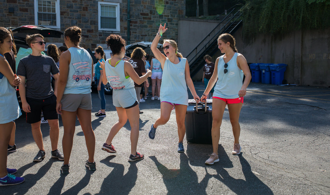 MOOV volunteers help the Class of 2023 transport their luggage to their dorm rooms.