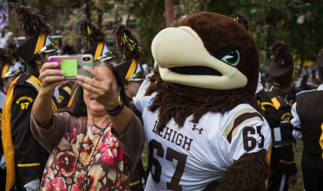 Lehigh parent takes selfie with Clutch at Brown & White BBQ.