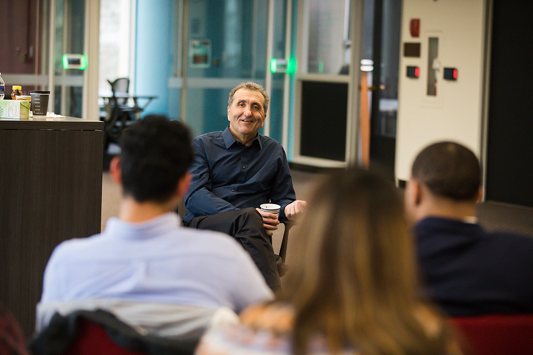 Pete Souza speaking with students