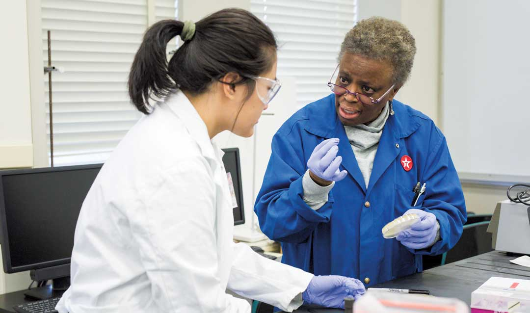 Professor Vassie Ware works with a student in SEA-PHAGES lab